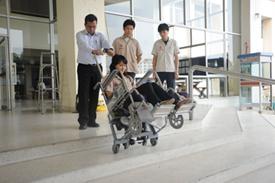 นักศึกษาทดลองใช้งาน รถเข็นคนพิการแบบขึ้น-ลงบันได
