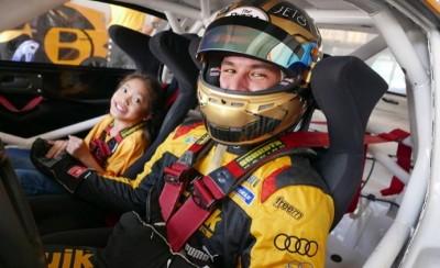 """""""แซนดี้"""" จัดกิจกรรมการกุศล มอบโอกาสสุดพิเศษให้เด็กพิการ เปิดประสบการณ์ทดลองนั่งในรถแข่ง"""