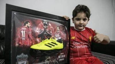 ซาลาห์ น้ำใจงามเหลือล้น ส่งรองเท้าพร้อมลายเซ็นให้เด็กชายพิการขา